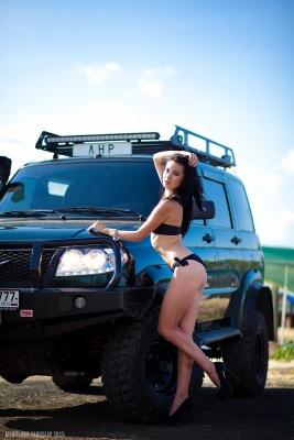 Красивая девушка и УАЗ